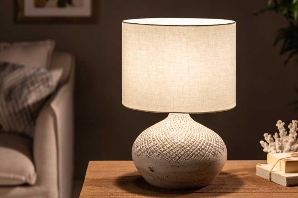 Stolová lampa z prírodného materiálu je doplnok, ktorý si vaša útulná spálňa priam žiada. Zdroj: iKuchyne.sk