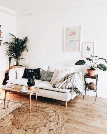 Obývačka, v ktorej obrazy dopĺňajú priestor. Zdroj: Pinterest.com