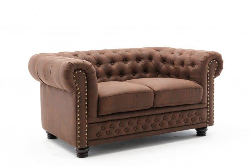 Robustné dvojmiestne sedačky ako je táto Chesterfield zaujmú v krásnom anglickom štýle. Zdroj: iKuchyne.sk