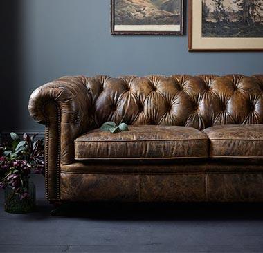 Chesterfield sedačka. Spojenie luxusu a pohodlia. Zdroj: Pinterest.com