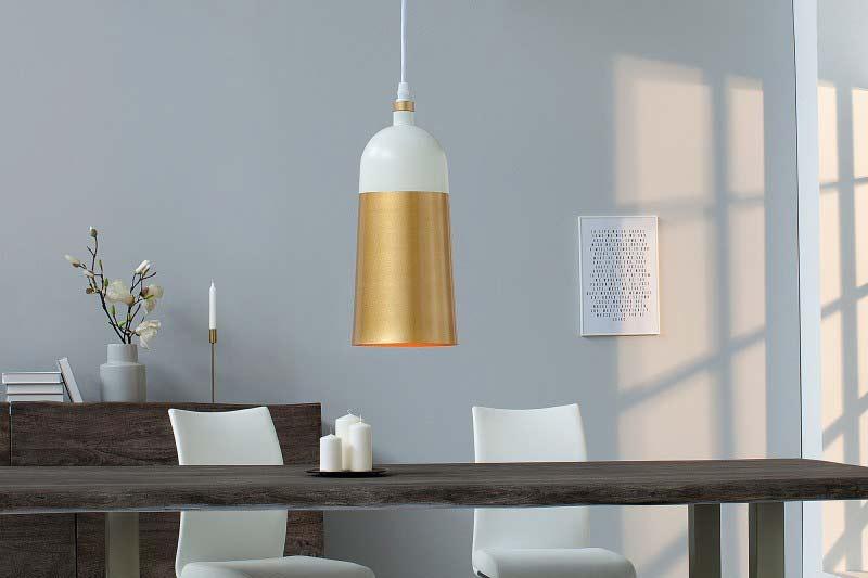 Elegantné lustre osvetľujú stôl a neprekážajú pri stolovaní. Zdroj: iKuchyne.sk