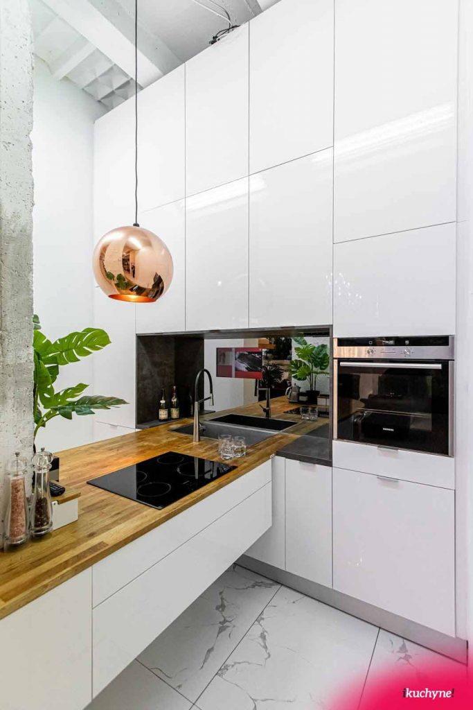 Štýlové osvetlenie je v luxusnej kuchyni polovicou úspechu. Zdroj: iKuchyne.sk