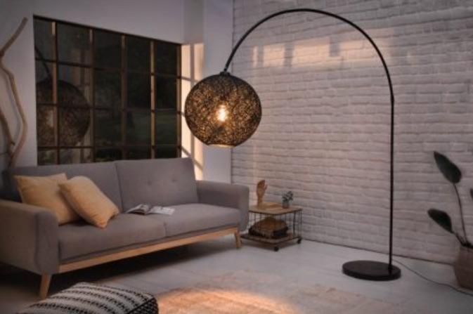Stojanová lampa sa stane dizajnovým doplnkom, ktorý vaša letná terasa privíta. Zdroj: iKuchyne.sk