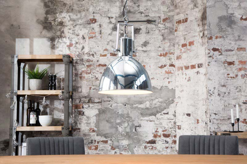 Chrómový luster je dostatočne vysoko, aby nikoho neobmedzoval pri jedení. Zdroj: iKuchyne.sk