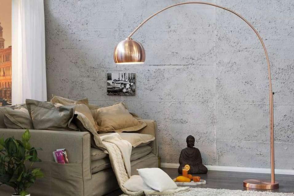 Celomedená stojanová lampa prinesie do interiéru žiaru. Zdroj: iKuchyne.sk