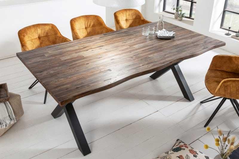 Nezabudnite pri zariaďovaní jedálne zladiť farby stien s jedálenským stolom a stoličkami. Zdroj: iKuchyne.sk