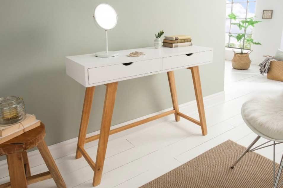 Jednoduchý a praktický stolík v spálni nájde svoje využitie. Zdroj: iKuchyne.sk