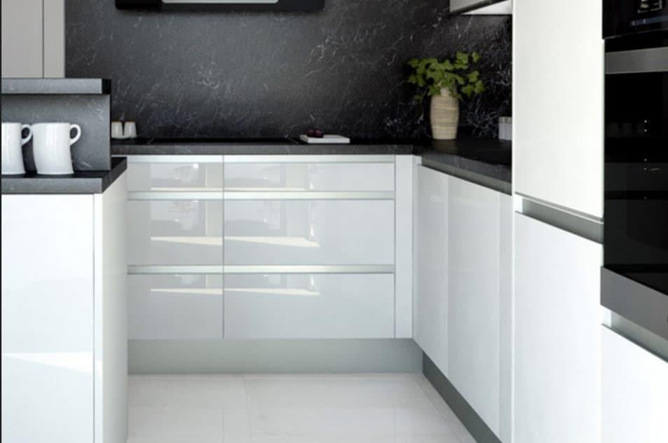 Kuchyňa so zafrézovanými madlami v striebornej farbe. Zdroj: iKuchyne.sk