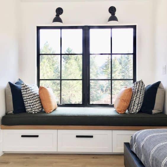 Praktické a dizajnové sedenie pri okne. Zdroj: Pinterest.com