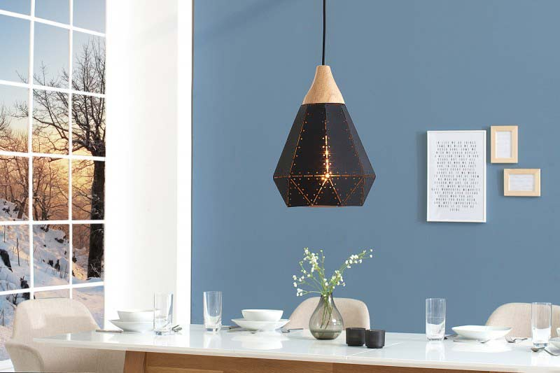 Tento luster síce nie je v 2 metrovej výške, ale vzhľadom k tomu, že osvetľuje jedálenský stôl, to vôbec nevadí. Zdroj: iKuchyne.sk