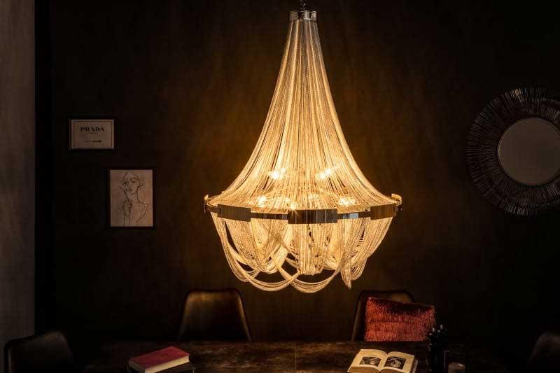 Tento strieborný luster predstavuje kombináciu klasickej elegancie a moderných prvkov. Zdroj: iKuchyne.sk