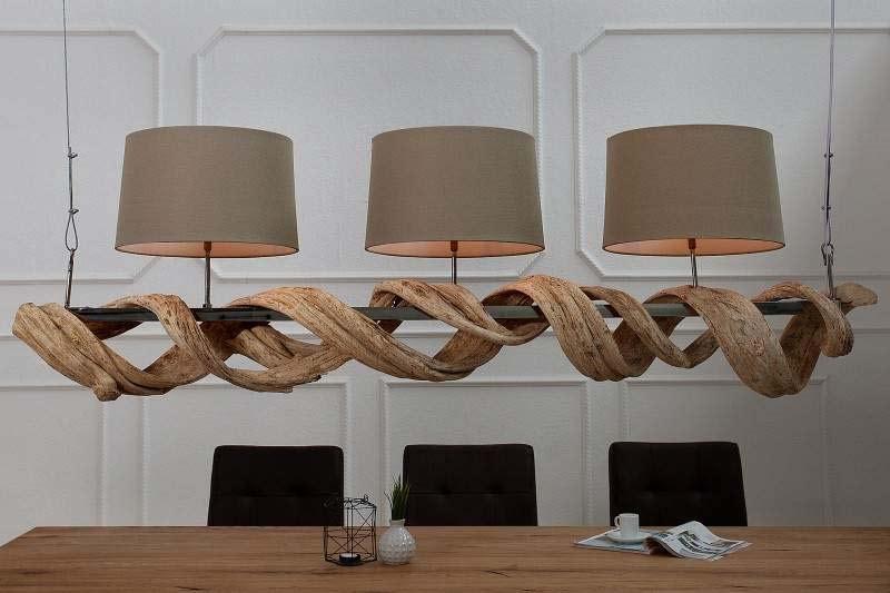 Tri lustre bohato osvetlia celú miestnosť. Zdroj: iKuchyne.sk