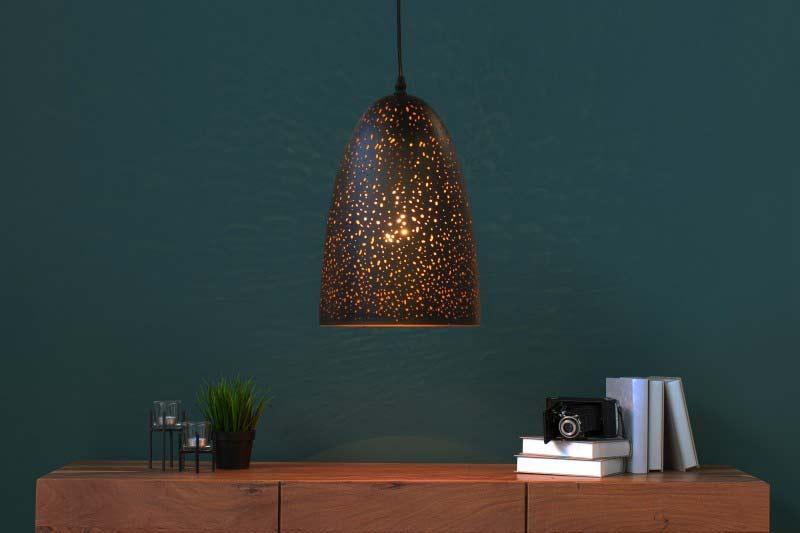 Úzky luster s moderným tienidlom je do kuchyne ako stvorený. Zdroj: iKuchyne.sk