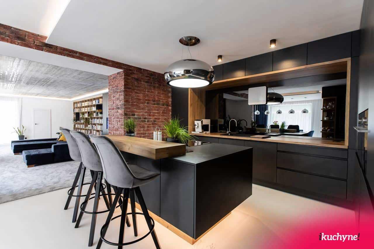 Kuchyňa s obývačkou s optickým predelením jednotlivých častí. Zdroj: iKuchyne.sk