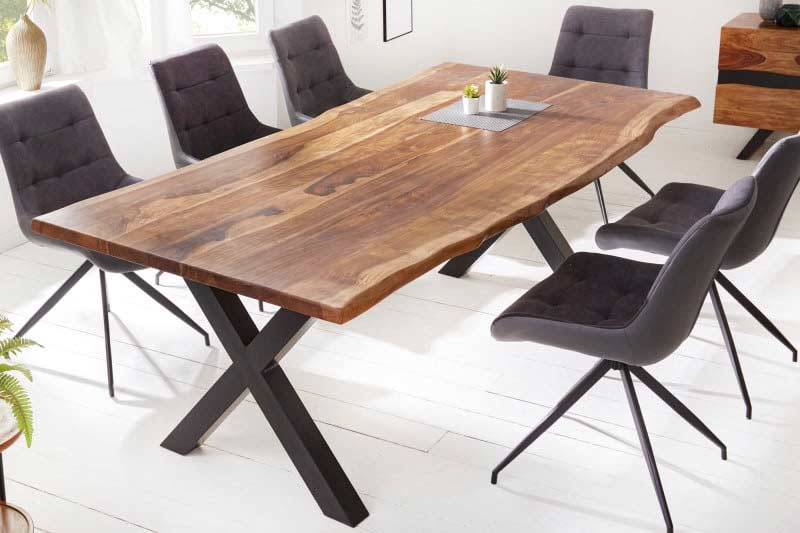Ak hľadáte priestranný stôl, tento kus splní všetky vaše potreby. Zdroj: iKuchyne.sk