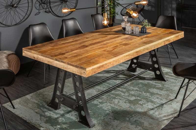 Jedálenský stôl v industriáolnom štýle. Zdroj: iKuchyne.sk