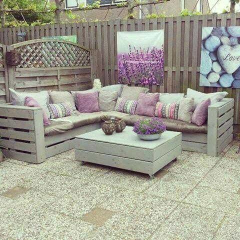 Ak ste domáci kutil, takéto sedenie si na terase viete urobiť aj sami. Zdroj: Pinterest.com