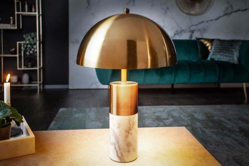 Zlatá stolová lampa s akcentom bieleho mramoru je svietidlom vhodným do luxusnej obývačky. Zdroj: iKuchyne.sk