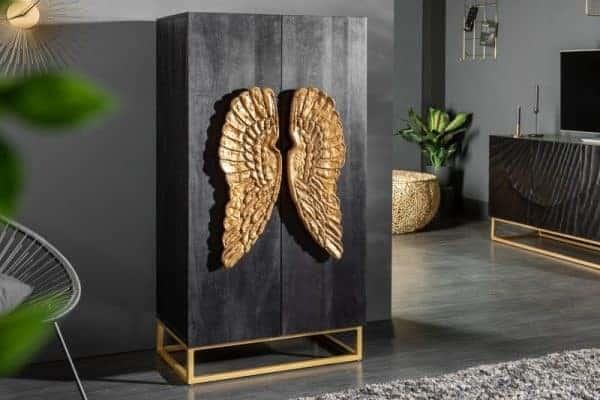 Komoda s dvomi zlatými krídlami je sama o sebe rozprávková. Zdroj: iKuchyne.sk