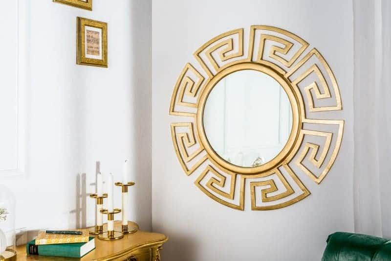 Nebojte sa zrkadla v spálni. Potešte sa aj takýmto okrúhlym zrkadlom v zlatých odtieňoch. Zdroj: iKuchyne.sk