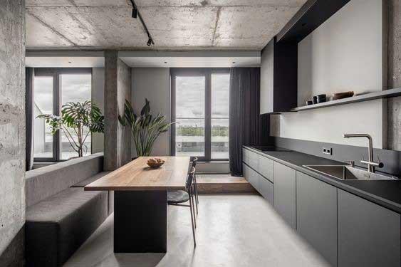 Monochromatický interiér s tmavým vzhľadom vizuálne obohatíte drevom, ktoré dodáva teplo do interiéru. Zdroj: Pinterest.com