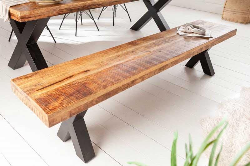 Zmes materiálov tejto lavice podčiarkuje jej priemyselný dizajn. Súhlasíte? Zdroj: iKuchyne.sk