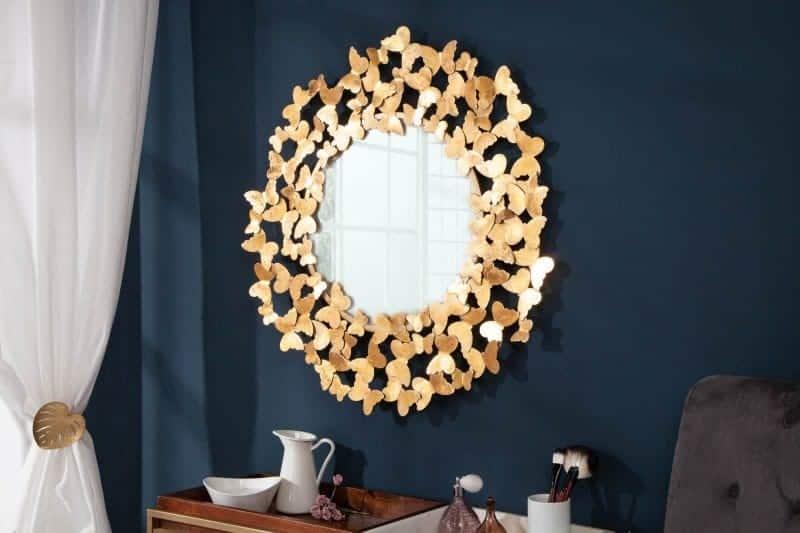 Extravagantné zrkadlo s motýlikmi oživí vašu spálňu. Zdroj: iKuchyne.sk