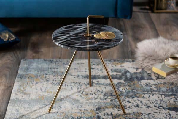Malý konferenčný stolík, ktorý má mramor v čiernej farbe je, ideálny na umiestnenie rámikov s fotografiami z dovolenky. Zdroj: iKuchyne.sk