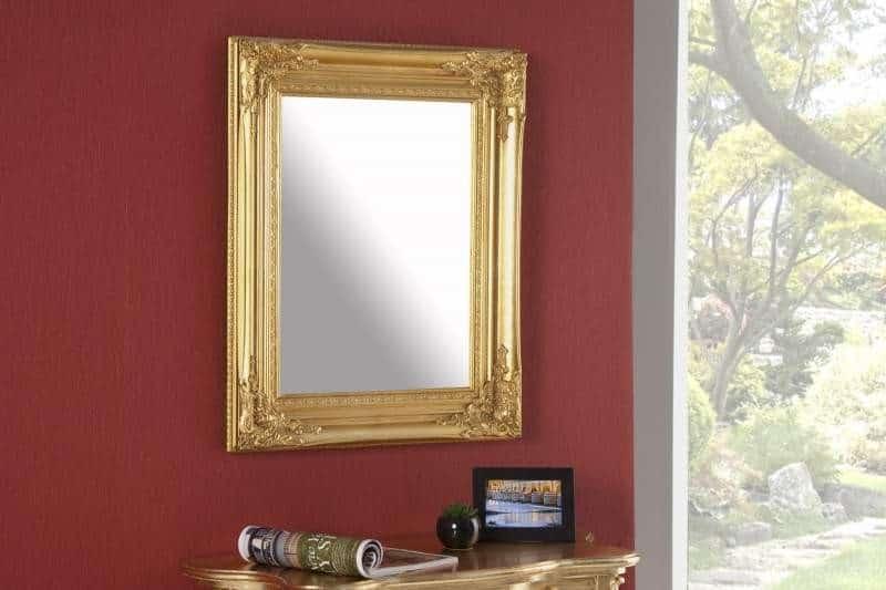 Zrkadlo s hrubým zlatým rámom je ako z rozprávky. Zdroj: iKuchyne.sk