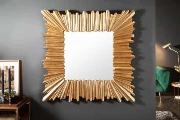 Rám zrkadla z masívneho dreva vyzerá ako zrkadlo kráľovnej z rozprávky. Zdroj: iKuchyne.sk