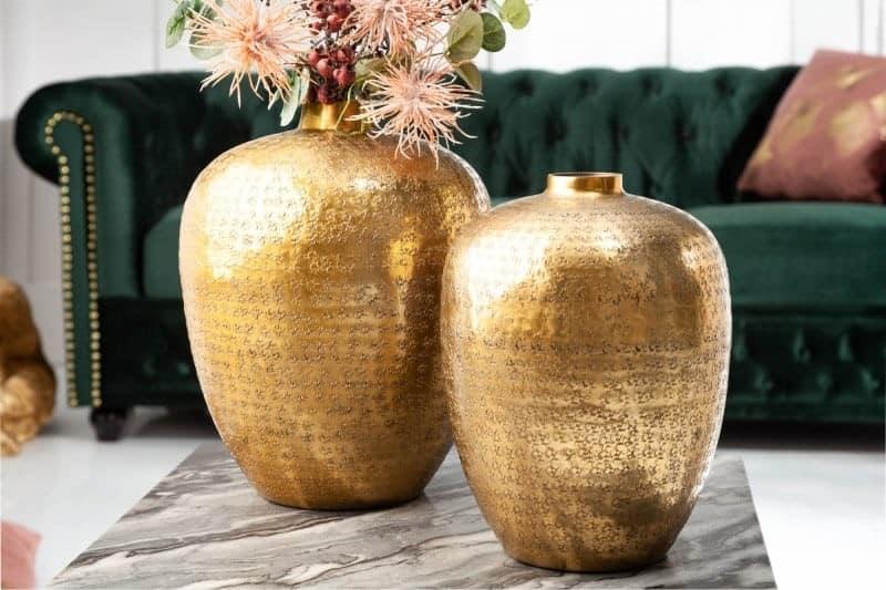 Zlaté vázy ako bytové doplnky do spálne ju ešte viac rozžiaria magickou náladou. Zdroj: iKuchyne.sk