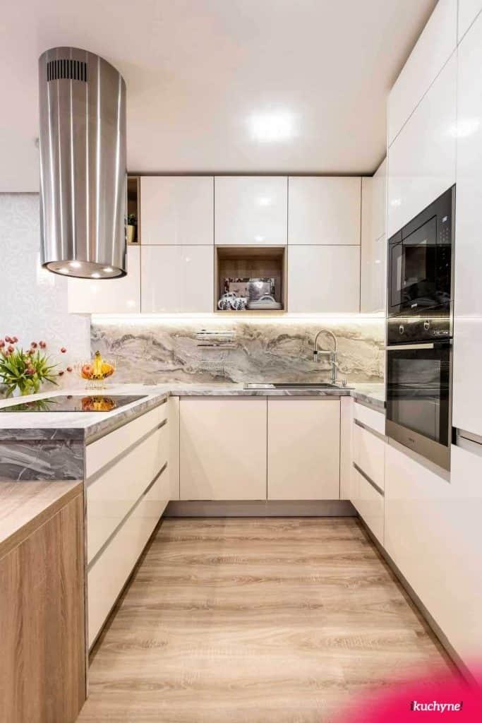 Extravagantná kuchyňa v bielom lesku kombinovanom s mramorom. Zdroj: iKuchyne.sk