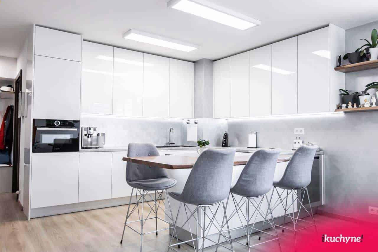 Kuchyňa vo vysokom lesku s bielej farbe. Zdroj: iKuchyne.sk