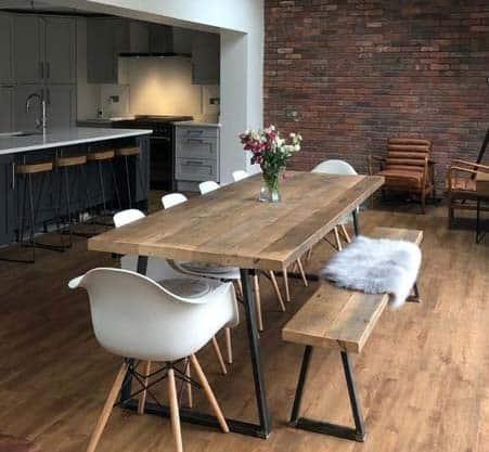 Stoličky vs. lavice: Ktorá možnosť je pre váš domov vhodnejšia? Zdroj: Pinterest.com