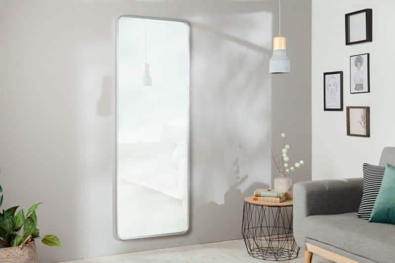 Zaoblené hladké hrany, sivé odtiene a účelnosť symbolizujú futuristický nábytok v obývačke. Zdroj: iKuchyne.sk