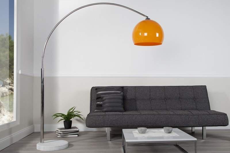 Oranžová stojanová lampa je stelesnením futurizmu. Môže byť aj vo vašej obývačke. Zdroj: iKuchyne.sk