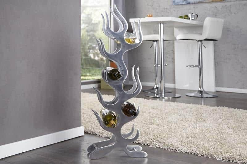 Možno by ste na prvý pohľad neuhádli účel tohto predmetu – je to hliníkový regál na víno vo futuristickom štýle. Zdroj: iKuchyne.sk