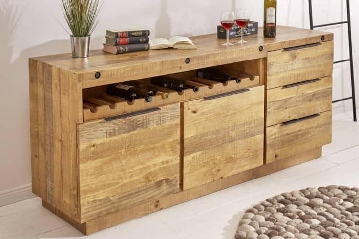 Príborník z píniového dreva má špeciálne miesto na fľaše s vínom. Zdroj: iKuchyne.sk