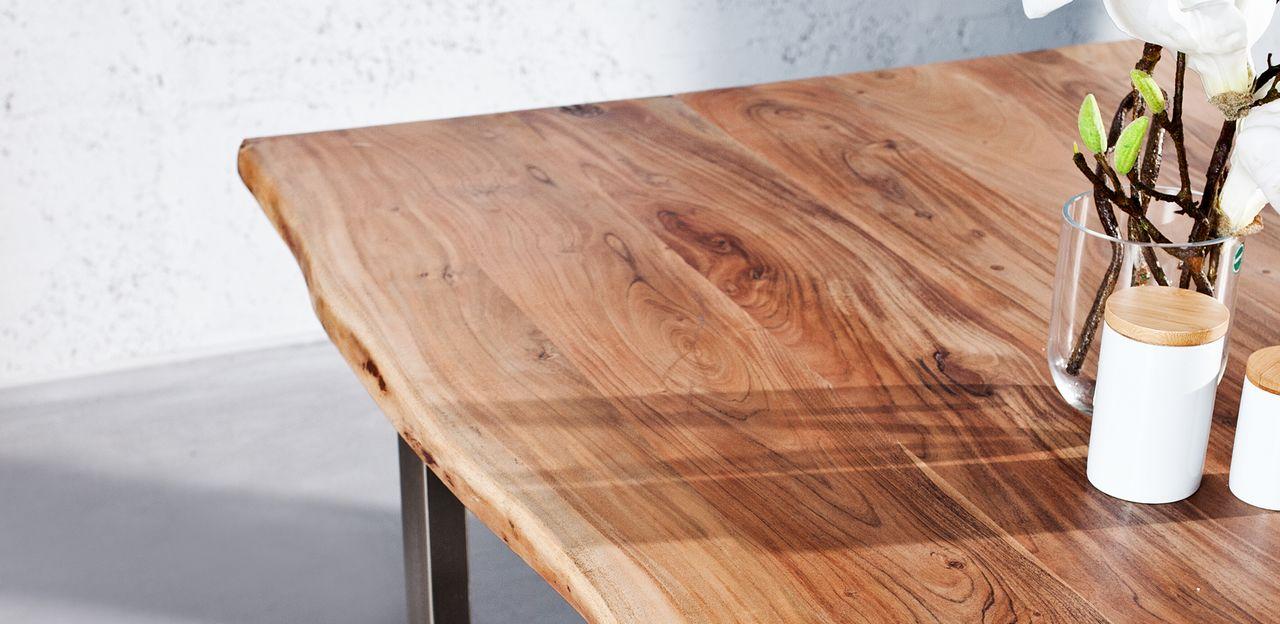 Detail na jedálenský stôl z dreva Akazie