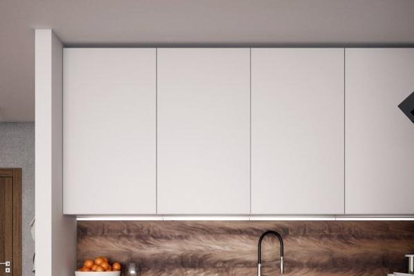 Lacné kuchyne - detail skriniek až do stropu