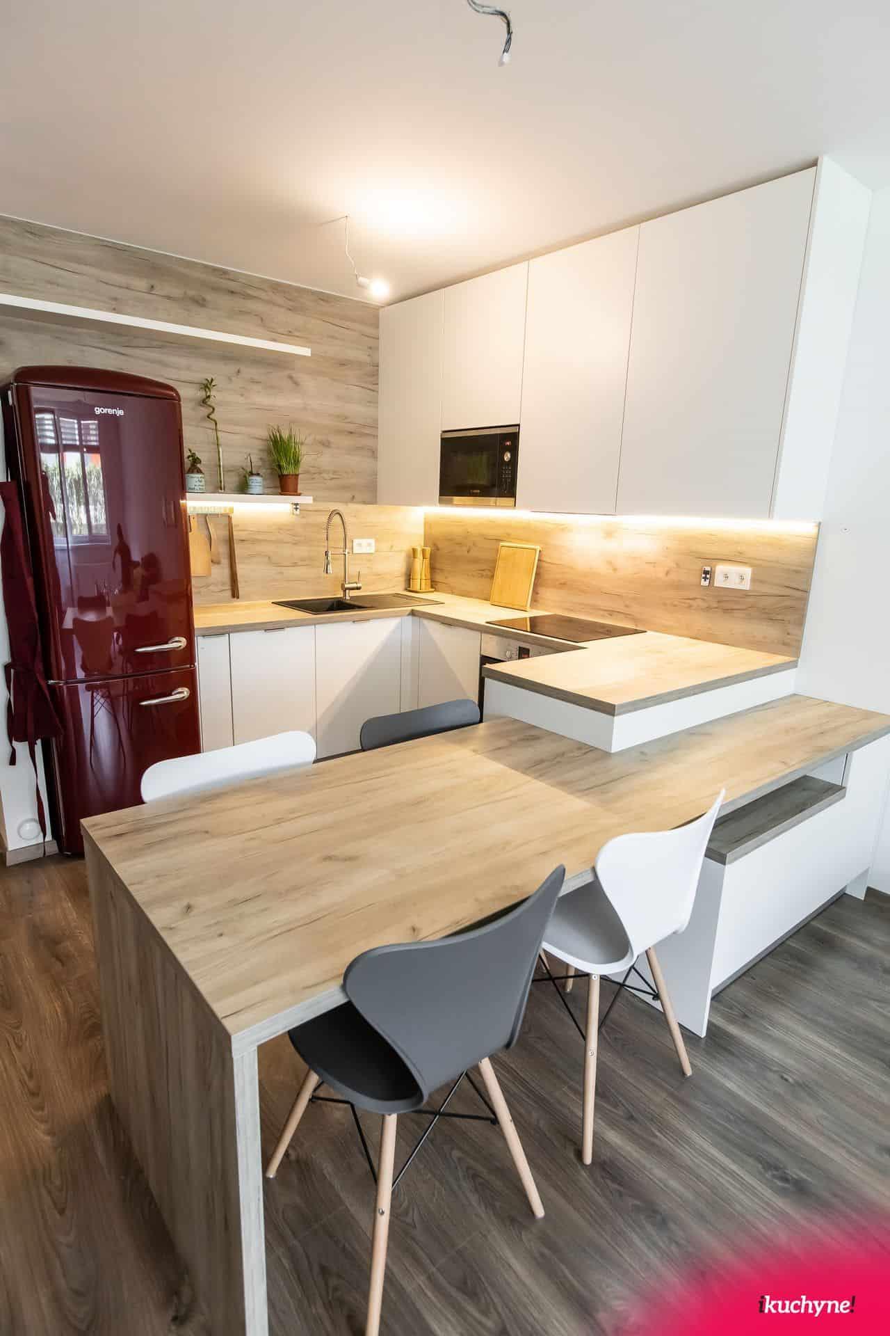 Biela kuchyňa so stolom