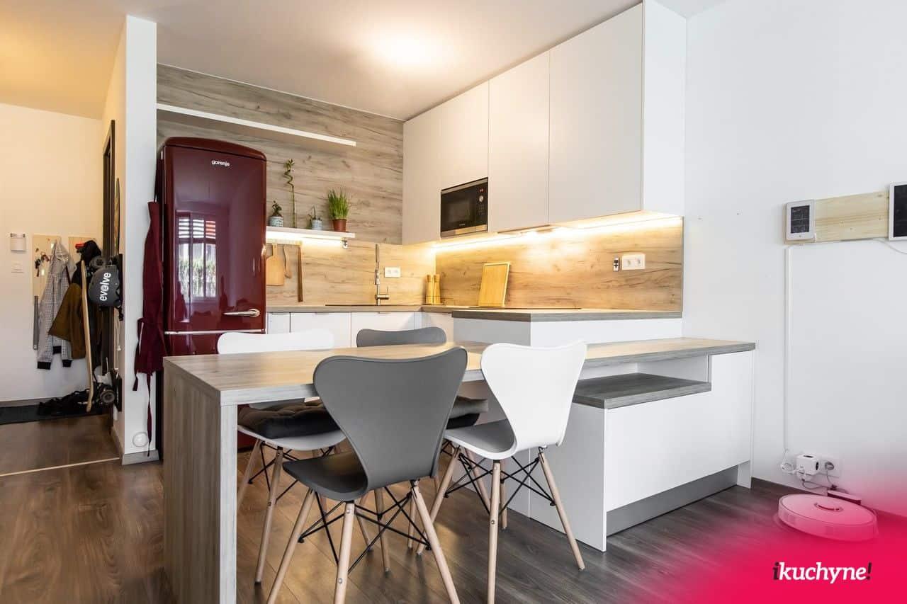 biela kuchyňa s obývačkou