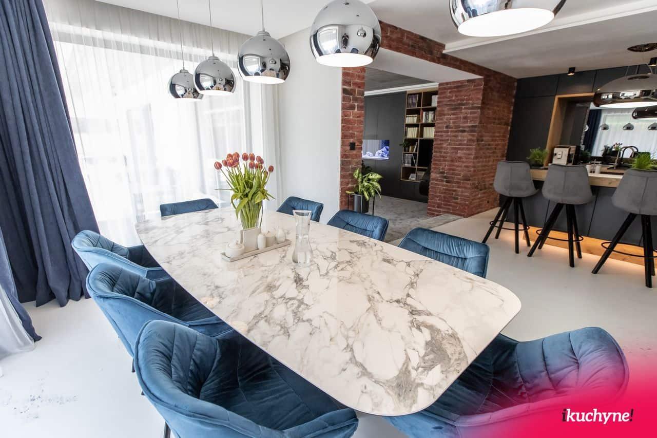 jedáleň s modrými stoličkami (2)