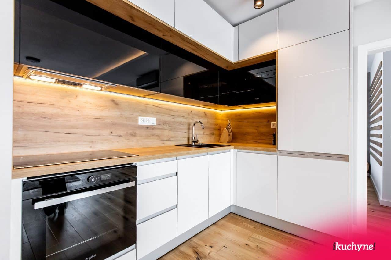 čiernobiela leskla kuchyna
