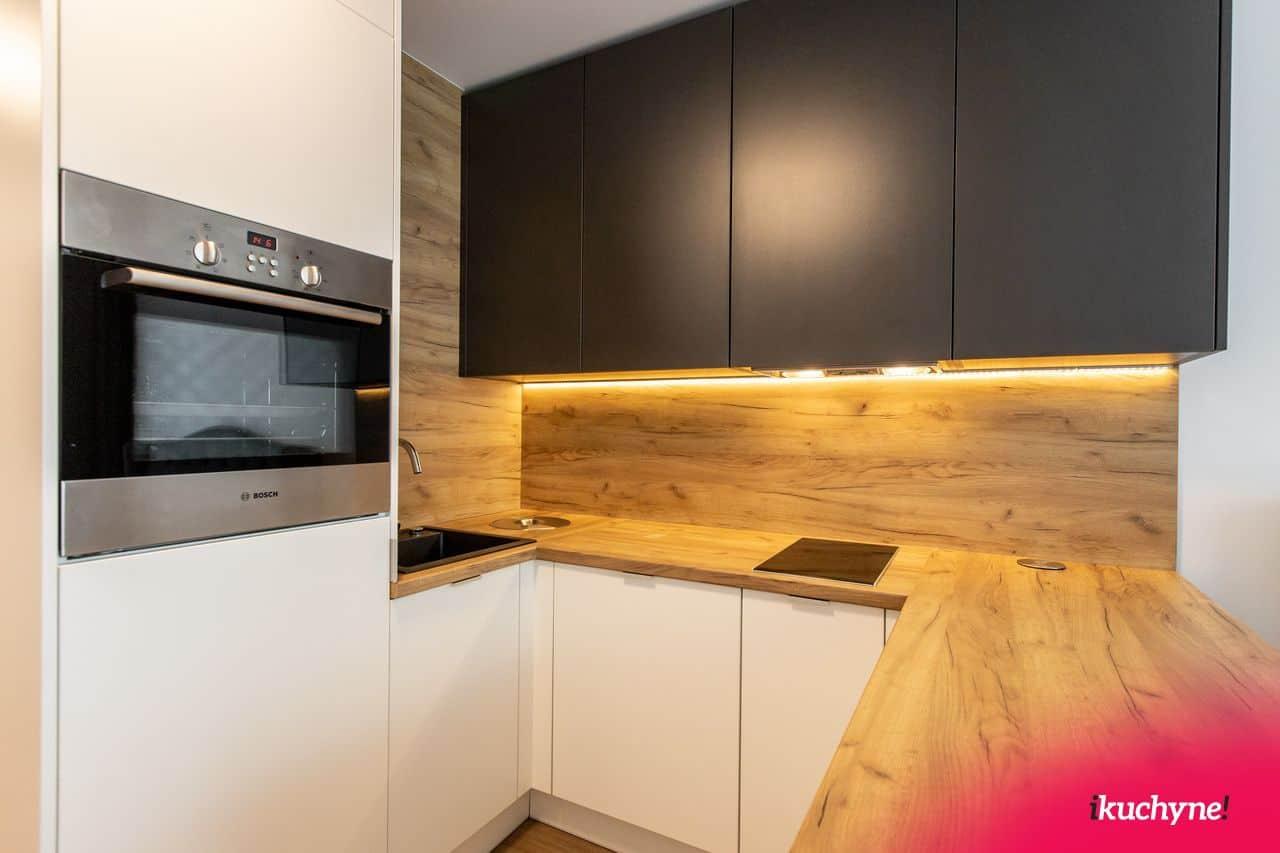 Antracitovo biela kuchyňa dub zlatý