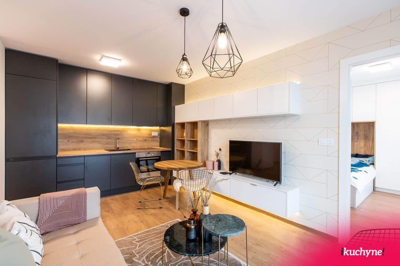 antracitová kuchyňa a biela obývačka