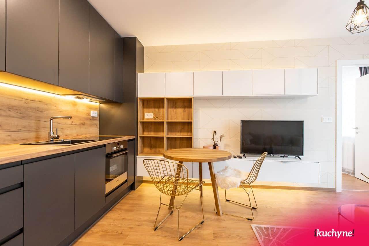antracitová kuchyňa spojená s obývačkou