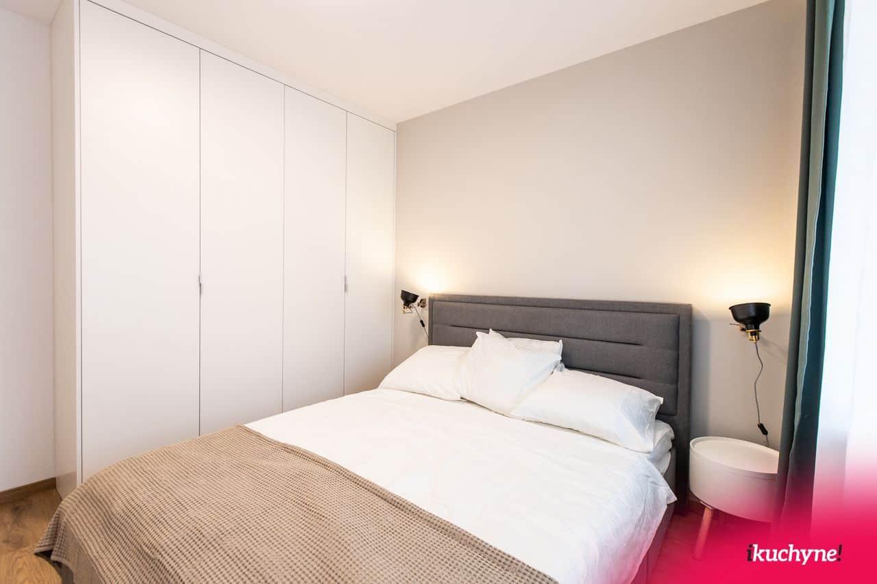 biela vstavaná skriňa v spálni