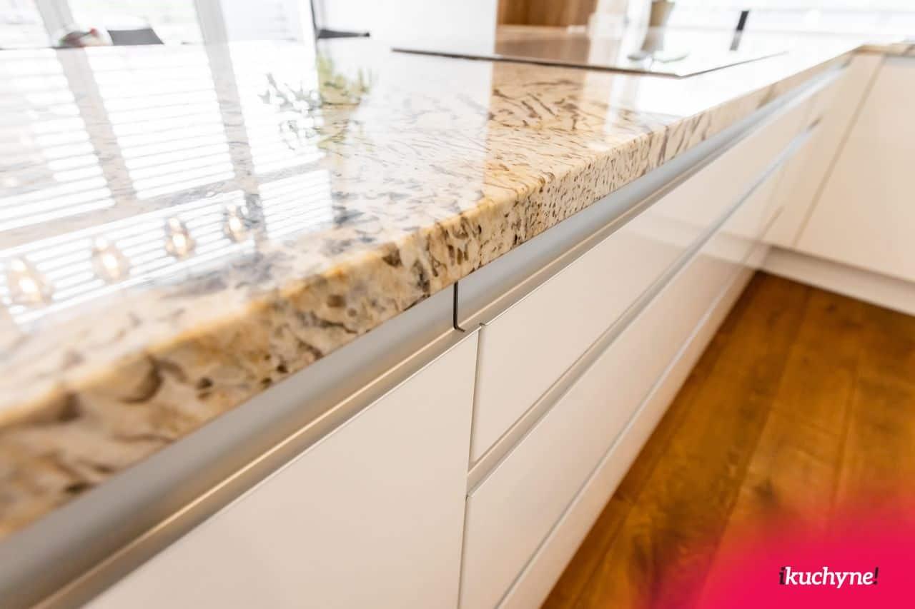 Mandlova leskla kuchyna kamen detail